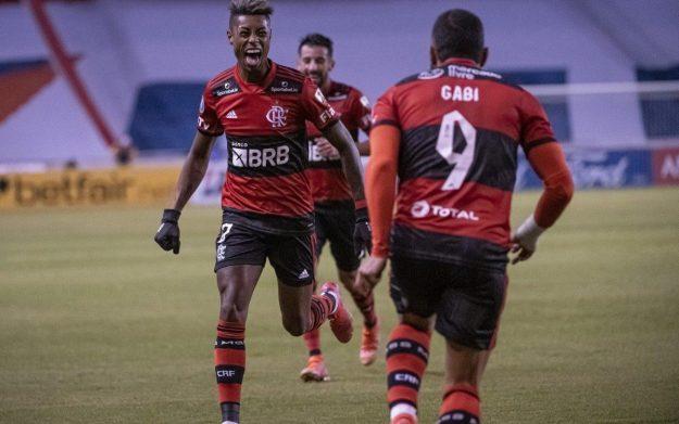 Bruno Henrique corre para festejar com Gabigol no jogo em Quito