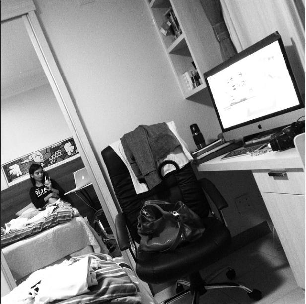 Lila organizando o quarto em casa