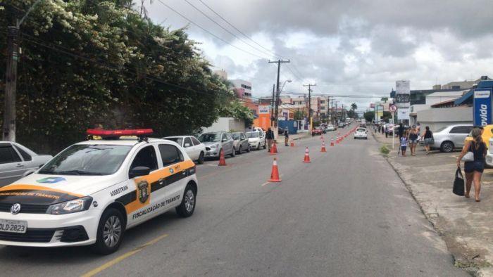 Agentes da SMTT interditam trânsito no Pinheiro para a realização de estudos geológicos. Foto: (Ascom SMTT)