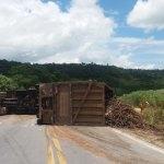Veículo de carga tomba e interdita BR-104, em Pilar