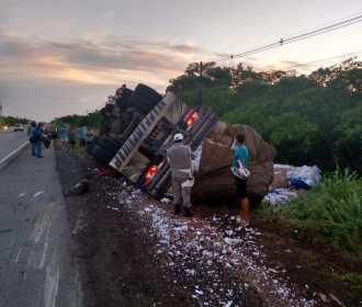 Caminhão tomba e condutor fica ferido em trecho da AL 101 Sul