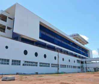 Autoridades alertam sobre lotação de hospitais e cemitérios durante inauguração do Hospital Metropolitano