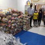 Prefeitura entrega cestas básicas e kits de higiene para associação