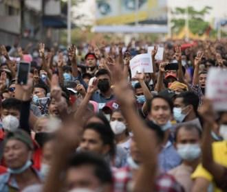 Movimento de desobediência civil em Myanmar tem apoio de policiais