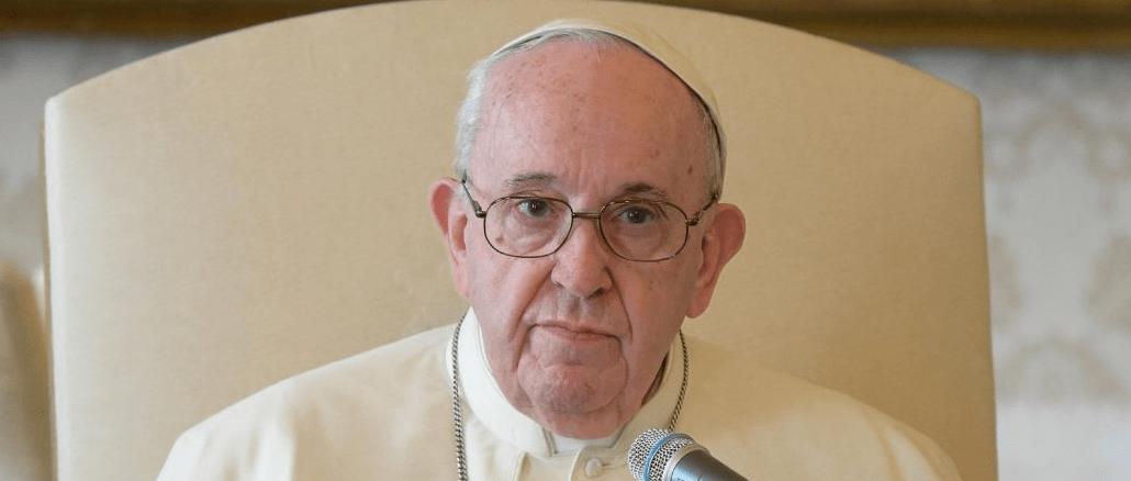 El Papa Francisco dirigiendose a los Patriarcas de Oriente Medio