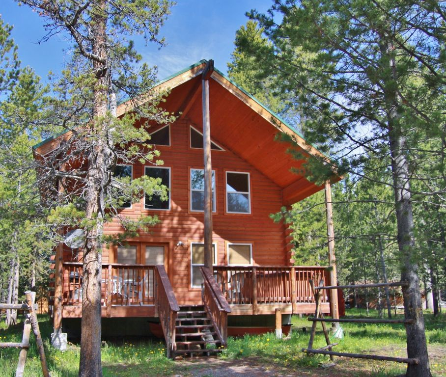 Walk to the water from this comfortable log cabin wifi