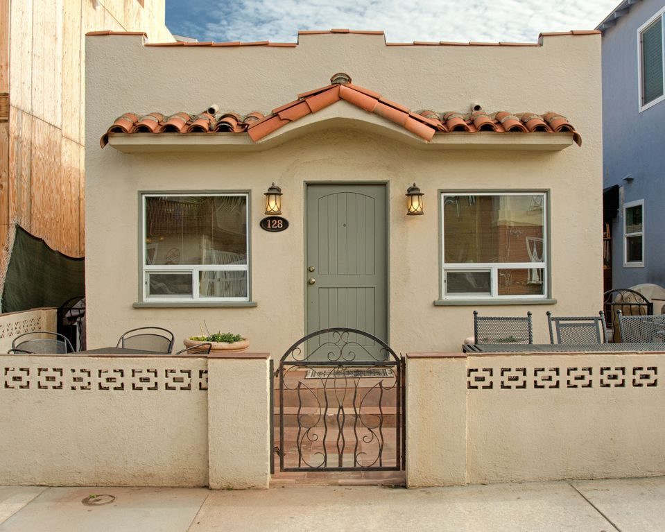 Newly Remodeled Upper Level Beach Villa - Steps to the Sand with Rooftop Deck - Balboa Peninsula