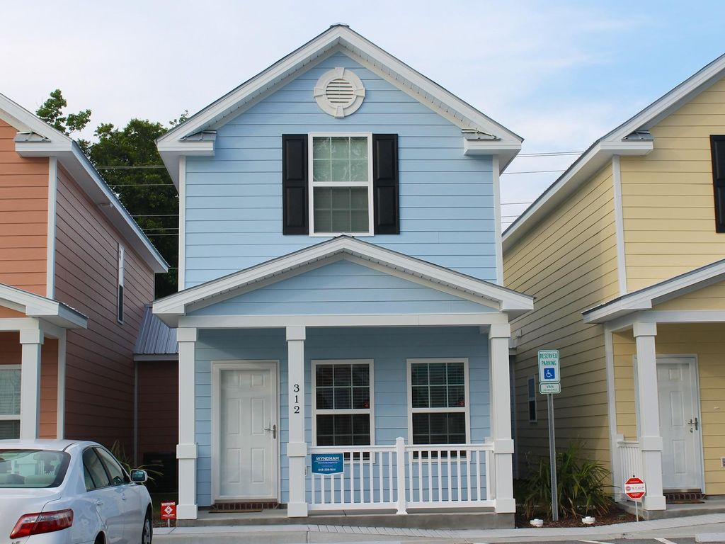 Comfortable and Clean Townhouse One Block From beach