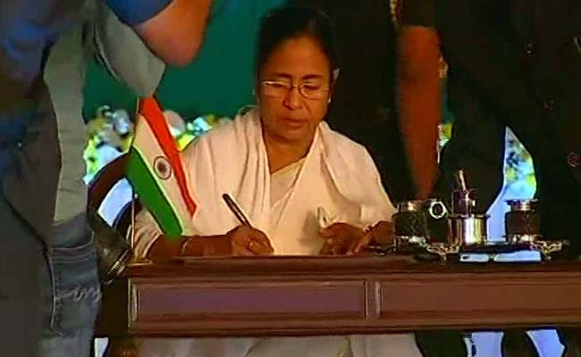 KOLKATA: HIGHLIGHTS Bengal's fanciest oath ceremony on Kolkata's Red Road Nitish Kumar, Lalu Yadav, Akhilesh Yadav & Arvind Kejriwal in attendance Mamata Banerjee took oath along with 41 ministers Mamata Banerjee was sworn in on Friday as West Bengal's chief minister for a second term, in the biggest oath ceremony Bengal has seen. Cheering from front row seats were political heavyweights like Bihar Chief Minister Nitish Kumar, Delhi Chief Minister Arvind Kejriwal and Uttar Pradesh Chief Minister Akhilesh Yadav. Also present were Bihar's Lalu Yadav and Farooq Abdullah of the National Conference. Finance Minister Arun Jaitley and the BJP's minister from Bengal Babul Supriyo represented the Centre. But the entire opposition in the state - the Left, Congress and the BJP - boycotted the ceremony and criticised what they called a