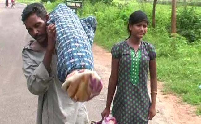 odisha-man-with-carrying-wife-body