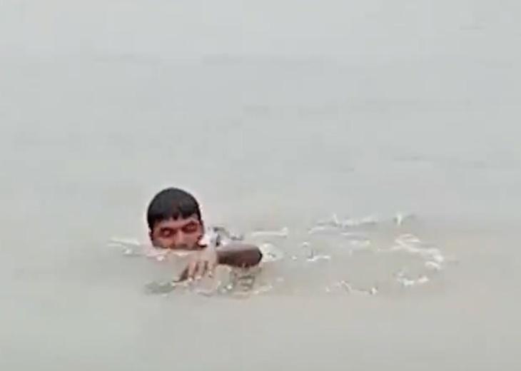 Kisah Lelaki Yang Sanggup Berenang Demi Tunai Solat Di Masjid Yang Dilanda Banjir 1