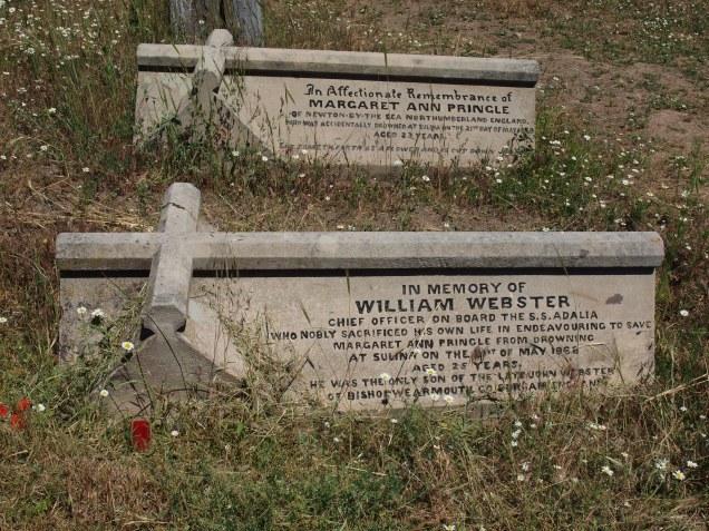 La tumba más famosa del cementerio. La enamorada que perdió su vida por seguir a su amado. El amado que dió la suya por salvarla.