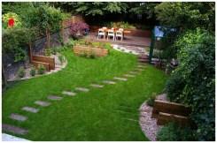 зеленая лужайка с терренкуром в саду