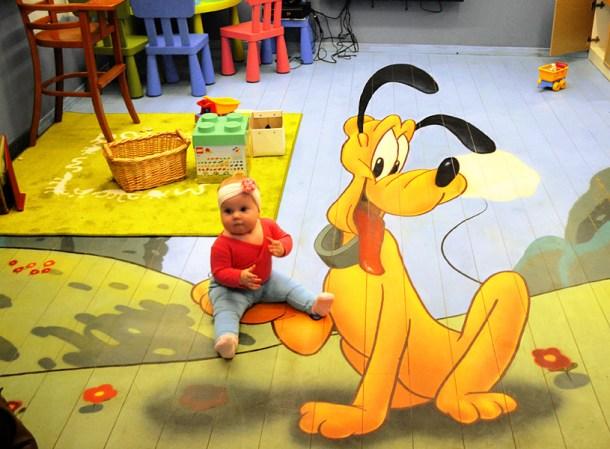малыш на полу в детской