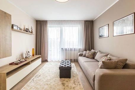Стандартную узкую комнату квартиры можно красиво оформить