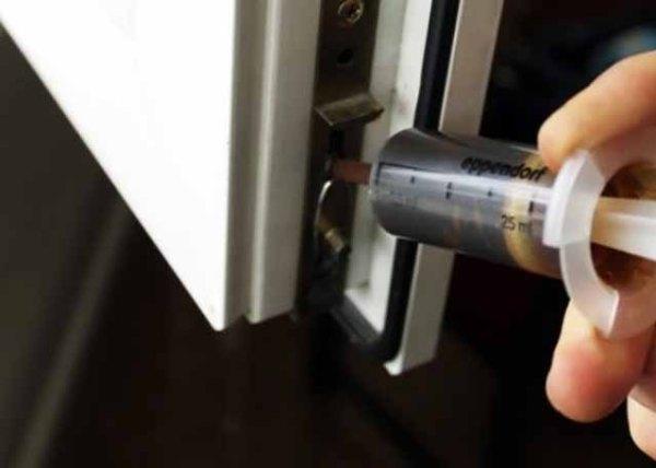 смазка из шприца для крепления окна