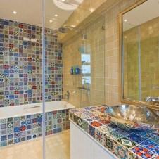 Мозаика из разноцветной плитки в ванной