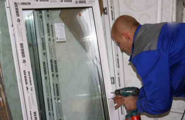 монтаж балконного блока, высверливание отверстий в раме