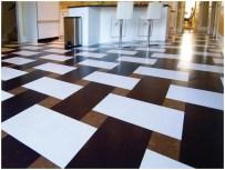 Керамогранитная плитка на полу столовой-бара
