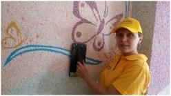 Нанесение жидких обоев на стену работником Silk Plaster