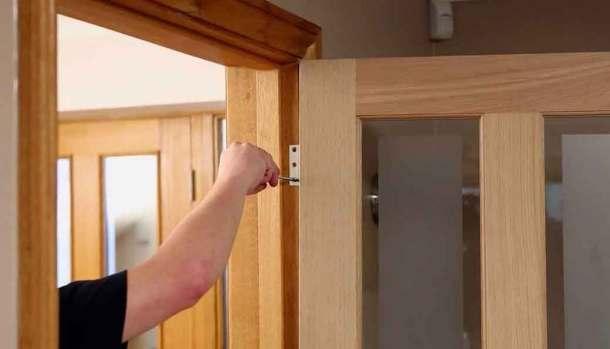 откручивание дверной петли