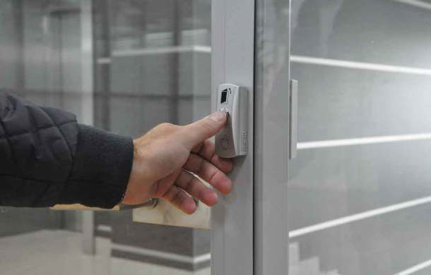считывание отпечатка пальца на двери