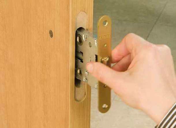 установить дверной замок