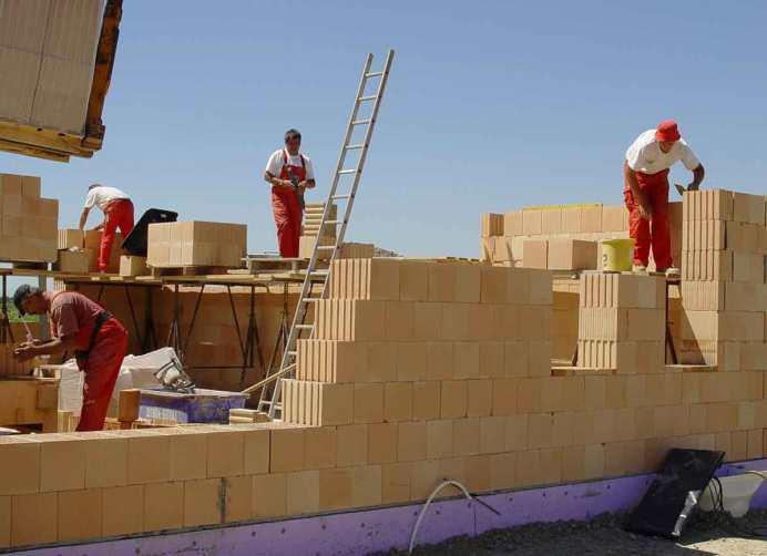 бригада строителей, стройка дома