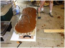 Заливка бетоном формы столешницы лавочки
