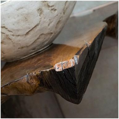 Торец деревянной столешницы тумбы