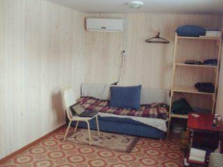 Жилая комната в вагон бытовке, диван, сплит система