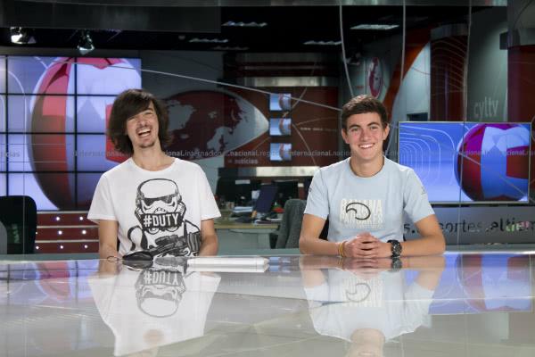 Manuel y Gabi presentadores del noticiero por un día.