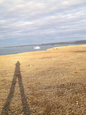 Вот такие тени в высоких широтах. Метров пятнадцать минимум. А вдалеке наше судно.