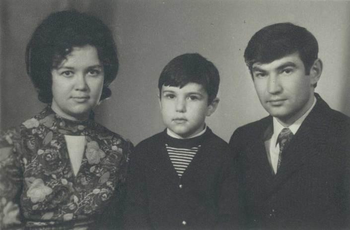 Я с родителями. Мне восемь лет.