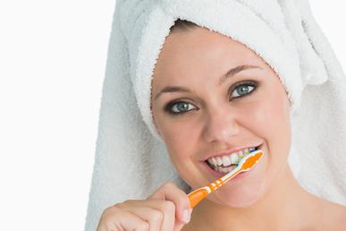 Žena čistící si zuby