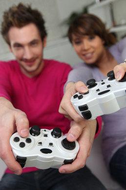 divka-muz-hraji-hry-ovladac-web