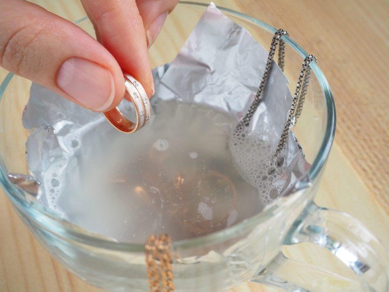 Jak wyczyścić srebro? Czyszczenie srebrnej i złotej biżuterii.