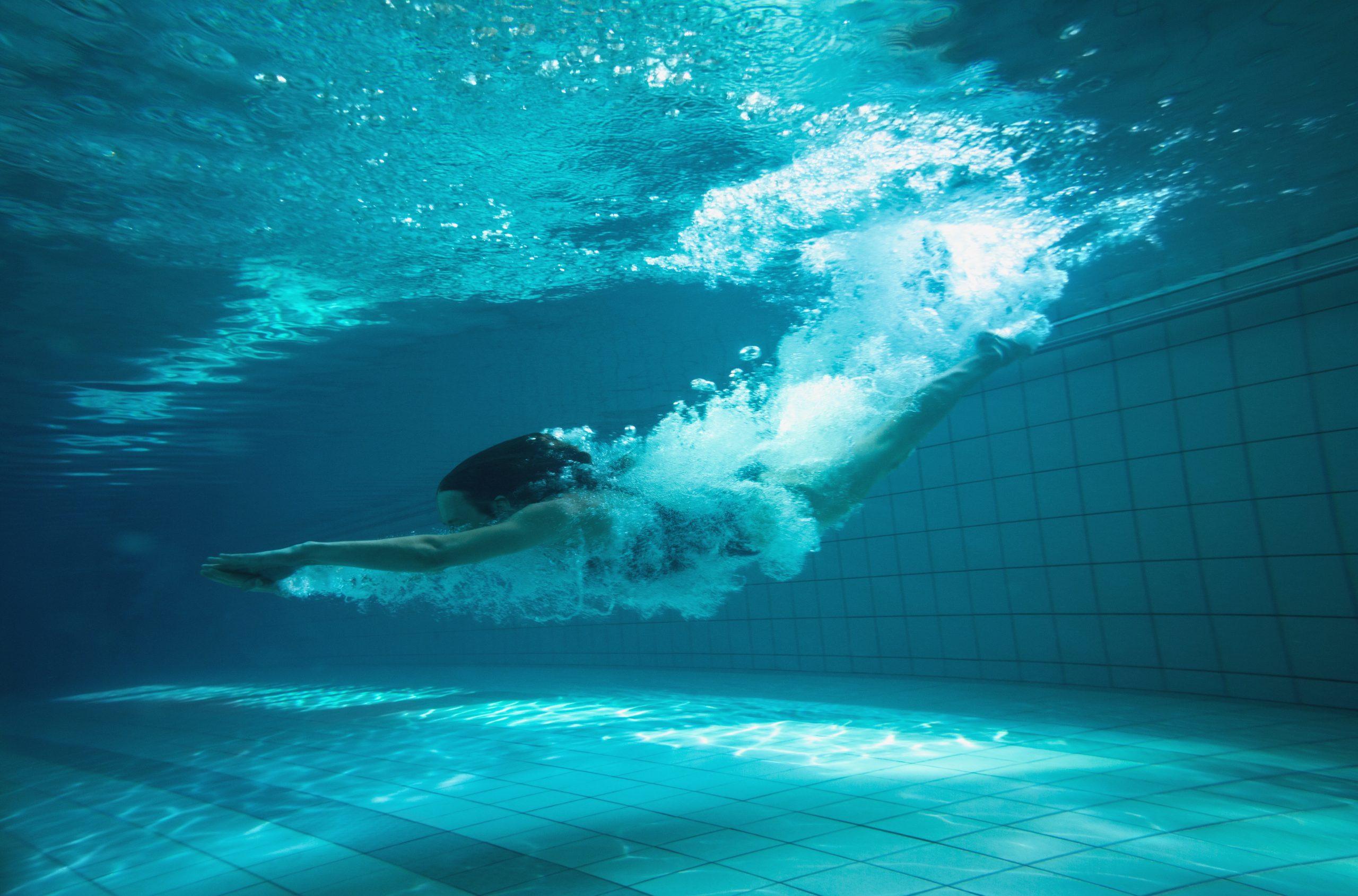 Kobieta nurkuje w basenie