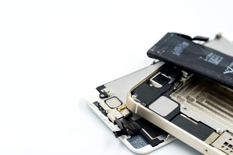 Wymiana baterii w telefonie. Objawy uszkodzonej baterii