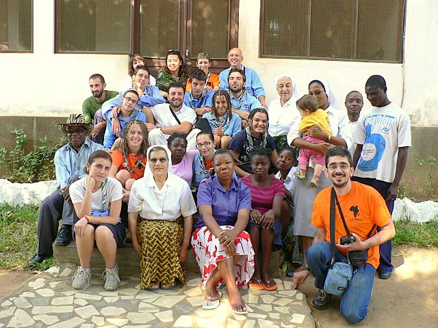 Voluntarios Italianos (scauts), Voluntaria Chilena, Voluntarios Españoles, la Comunidad de Hermanas y miembros de la Comunidad Cristiana de Chiúre