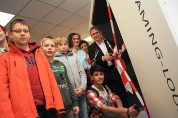 Bürgermeister Lothar Christ eröffnet zusammen mit Gerlinde Schürkmann, Leiterin der Stadtbücherei, die neue Ecke für Jugendliche
