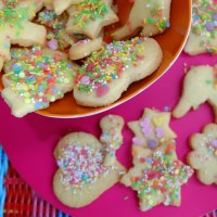 Plätzchen mit Zuckerguss und Streuseln