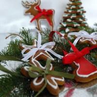 Lebkuchen-Sternen-Tannenbaum und Lebkuchen-Anhänger für den Christbaum