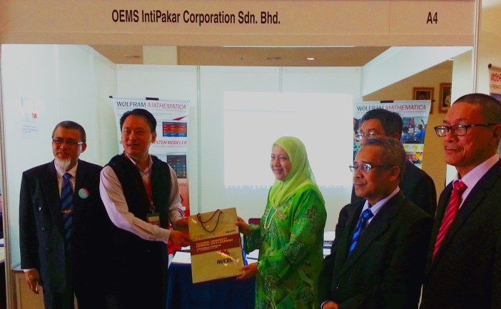 YBhg. Dato' Prof. Dr. Asma Binti Ismail, the Ketua Pengarah Pendidikan Tinggi (KPPT) handed over a souvenir to our director Mr. Peter Lim after finding out how the Wolfram Technology could truly enrich the Education with thousands of ready, interactive materials.
