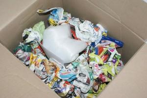Boite d'oeufs conditionnés, emballée et mise au milieu de boules de papiers pour amortir les chocs