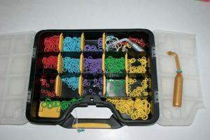 mallette avec rangements pour toutes les bagues de couleurs et tailles différentes