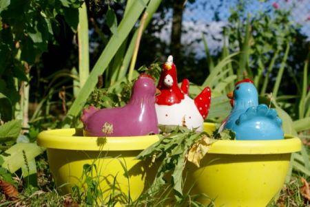 trio de cocottes en céramique dans un grand pot de fleur