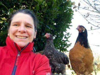 Gaëlle entourée des ses poulets Envy et Simla