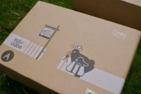 dessin d'une poule sur le carton emballant le poulailler