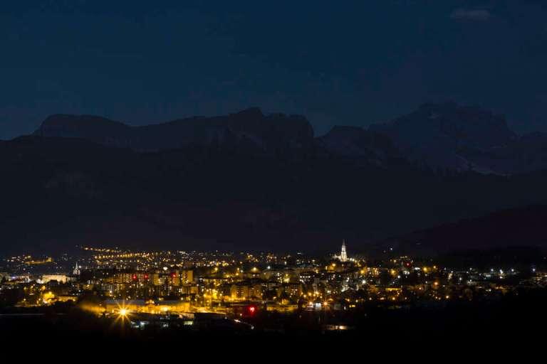 Annecy de nuit, zoom sur la pollution lumineuse. Crédit photo : Philippe Massit / OFB